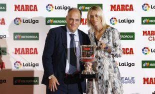 La futbolista del At. Madrid Femenino Ángela Sosa se hizo con el galardón a la mejor jugadora del campeonato, un trofeo que recibió de manos de Javier Tebas
