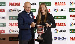 La jugadora del FC Barcelona Lieke Martens obtuvo el trofeo al mejor gol de la temporada