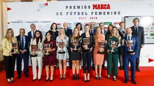 Foto de familia con todas las premiadas de la gala y los entregadores