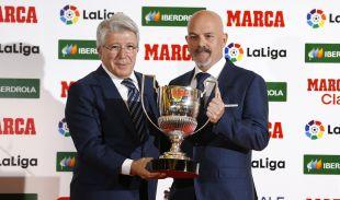 El hermano de Toni Ayala recogió en su nombre en premio a Mejor Entrenador de manos del presidente del Atlético de Madrid Enrique Cerezo