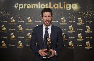 Diego Simeone recibió el trofeo al 'Mejor Entrenador de LaLiga Santander 2015/16
