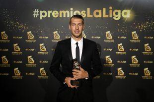 Florian Lejeune (SD Eibar) conquistó el trofeo a 'Mejor Defensa de LaLiga 1l2l3' por su actuación la pasada campaña con el Girona FC