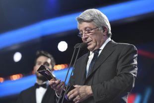 El Presidente del Atlético de Madrid Enrique Cerezo recogió el galardón entregado a Antoine Griezmann como 'Mejor Jugador de LaLiga Santander 2015/16
