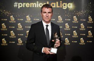 Robert Fernández, director deportivo del FC Barcelona, recogió el premio otorgado a Luis Suárez como 'LaLiga World Player de LaLiga Santander 2015/16