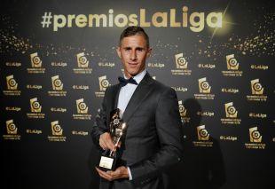 Alexander Szymanowski (CD Leganés) recibió el premio 'LaLiga World Player 2015/16' de LaLiga 1l2l3