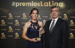 La futbolista del FC Barcelona Marta Unzúe recogió el galardón conquistado por su compañera Jenni Hermoso como 'Máxima goleadora de la Liga Iberdrola 2015/16'
