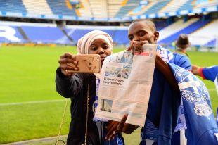 Fans de Tanzania, Suecia y Hong Kong estuvieron en La Coruña para asistir en directo al duelo entre RC Deportivo y FC Barcelona