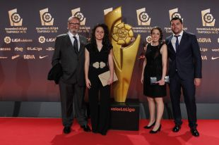 Pedro Malabia Lieb (presidente de Honor), Ivana Andrés (capitana), Marina Gassent (coordinadora general) y Cristian Toro (entrenador)  del VCF Féminas en la Gala de los Premios LaLiga 2014-2015.