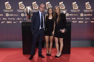 Alberto Ruiz de la Hermosa (entrenador), Marianela Szymanowski y Nicole Regnier (jugadoras) en representación del Rayo Vallecano Femenino, en la Gala de los Premios LaLiga 2014-2015.