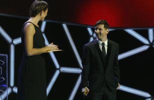 Garbiñe Muguruza entregó el premio a 'Mejor Jugador de la Liga BBVA 2014/15' a Leo Messi.