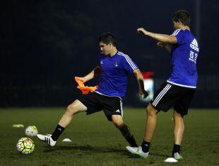 Los jugadores de la Real Sociedad durante el entrenamiento