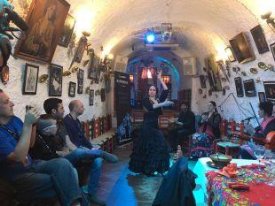 Varios aficionados de Israel disfrutaron de un espectáculo de flamenco antes del duelo entre Granada CF y FC Barcelona.