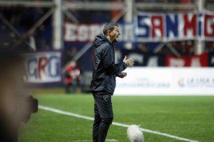 El técnico del Málaga, Javi Gracia, no dejó de dar instrucciones a sus jugadores desde la banda