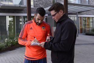 Álvaro Negredo firma un autógrafo a un aficionado.