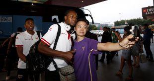 Manucho fotografiándose con los aficionados a su llegada al hotel
