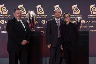 Koldo Fernández (presidente), Jon Alkorta (entrenador) y Anne Mugarza (capitana) del Oiartzun KE en la alfombra roja de la Gala de los Premios LaLiga 2014-2015.