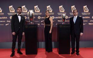 Fernando Azcárate (2º entrenador), Patri Gavira (capitana) y Francisco Javier López (vicepresidente), del Sporting de Huelva, en la alfombra roja de la Gala de los Premios LaLiga 2014-2015.