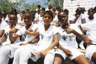Un grupo de 50 escolares disfrutaron de la plantilla del Málaga gracias al proyecto LFP World Challenge.