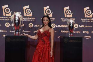 La presentadora Elisa Mouliáa acudió a la alfombra roja antes de subirse al escenario