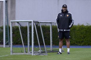 Nuno observa atentamente el entrenamiento.