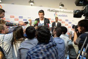 Luis Figo atendiendo a los medios de comunicación.
