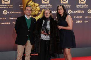 Emilio Cañedo (entrenador), María Isabel Sánchez (secretaria) y María Suárez (2ª capitana) del Oviedo Moderno, en la alfombra roja de la Gala de LaLiga 2014-2015.