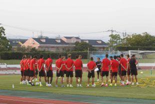 Como es habitual, los futbolistas rojiblancos se reunieron en grupo antes de comenzar el entrenamiento.