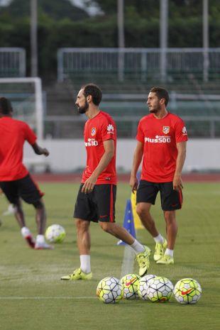 Juanfran y Koke practicando uno de los ejercicios.