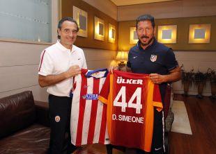 La última parada del conjunto rojiblanco fue Turquía, donde se midió al Galatasaray AS. En la imagen, Cesare Prandelli intercambia camisetas con Diego Pablo Simeone en el hotel de concentración.