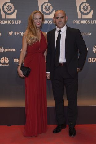 El entrenador del Rayo Vallecano Paco Jémez y su acompañante