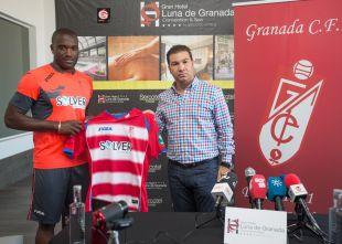 Babin posa con la camiseta del Granada