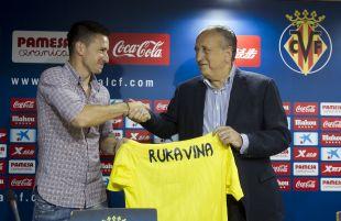 Rukavina junto al presidente del Villarreal Fernando Roig