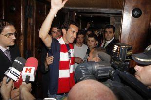 El autor del gol frente al Barcelona, Godín, saludando a todos los presentes