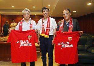 El presidente de LaLiga, Javer Tebas, y el presidente del Atlético, Enrique Cerezo, entregaron una placa al dirigente del Shanghai SIPG Chen Xuyuan en agradecimiento por participar en la Gira LFP World Challenge.