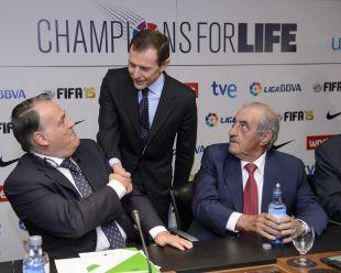 Emilio Butragueño saluda a Javier Tebas en presencia de Juan José Hidalgo, presidente de la Fundación de Fútbol Profesional
