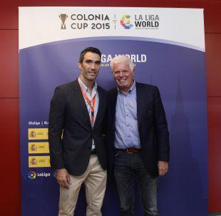 El presidente del FC Koln saludó a Fernando Sanz, embajador de LaLiga, durante la Colonia Cup de LaLiga World