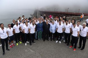 Los jugadores del Atlético, en el Golden Gate de San Francisco.