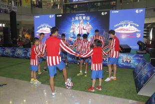 Niños con la indumentaria del Atlético jugando al balón