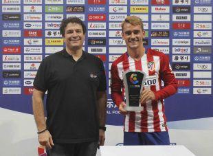 Ignacio Martínez Trujillo, director de Proyectos Estratégicos de LaLiga, entregó el Premio a Mejor Jugador del partido a Antoine Griezmann.