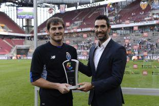 Casillas recibe el premio como el MVP del encuentro.