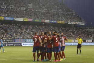 Los jugadores del Atlético celebran el gol olímpico de Koke que dio la victoria al equipo ante el Sagan Tosu.