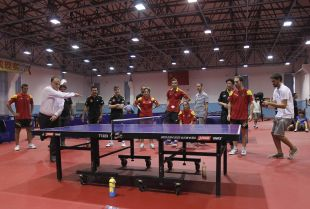 El presidente de LaLiga, Javier Tebas, se animó a pelotear con uno de los jugadores de tenis de mesa