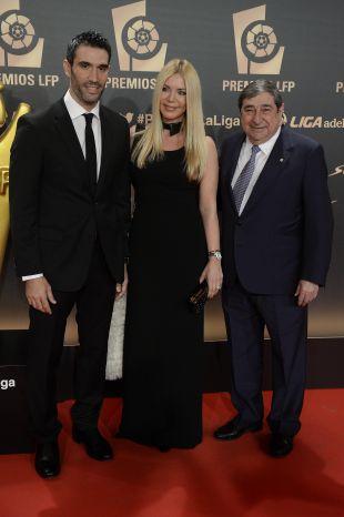 Fernando Sanz, su esposa, y Augusto César Lendoiro, en la alfombra roja en 'Gala de los Premios LFP 2014'