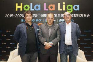 Ignacio Martínez Trujillo, director de Proyectos Estratégicos de LaLiga, Javier Tebas, presidente de LaLiga, y Jaume Roures, socio fundador de Mediapro.