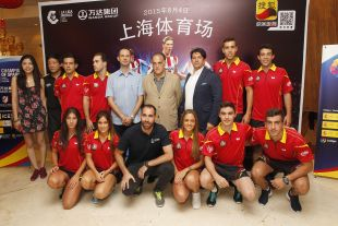 El presidente de LaLiga, Javier Tebas, junto al director de proyectos estratégicos,Ignacio Trujillo, Ander Mirambel, y los mejores deportistas de tenis de mesa de España