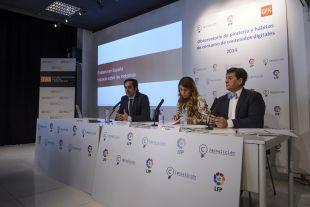 Iñigo Palau, Carlota Navarrete e Ignacio Martínez en la Escuela Universitaria de Artes y Espectáculos TAI, que acogió el foro sobre la piratería en las retransmisiones de fútbol