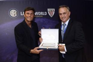 Javier Zanetti, ex jugador del Inter, recibió una placa conmemorativa de manos de José Luis Astiazarán, embajador de LaLiga