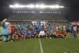 Foto de familia para cerrar el primer partido del Atlético de Madrid en la gira LFP World Challenge.
