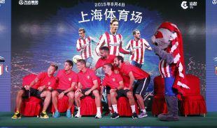 Jugadores del Atlético con Indi, la mascota de su equipo