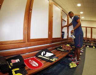 El Arabi, concentrado minutos antes de disputar el partido ante sus compatriotas